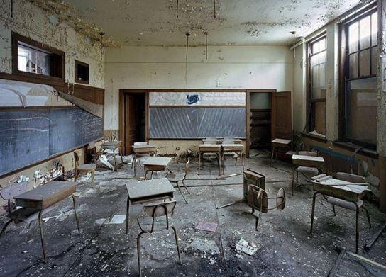 Risultato immagini per scuole abbandonate